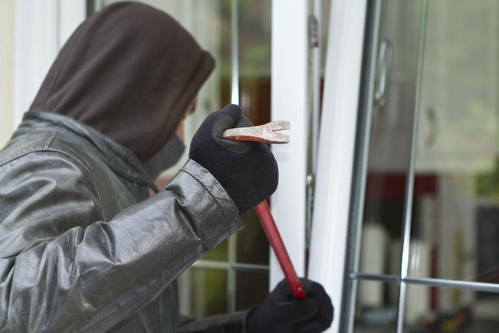 Ein maskierter Mann versucht in eine Wohnung einzubrechen